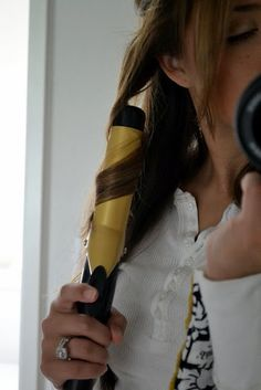 Curling hair with curling iron, because I found out recently that I actually don't know how... So cool! Need to try this tomorrow :)
