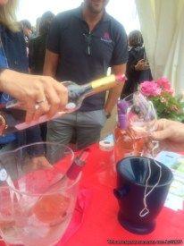 servindo vinho rose