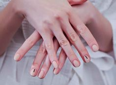 Manicure minimal per dire no a glitter e nail art tamarre | Vita su Marte