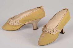 Paar damesschoenen (1780 - 1789) Katoen, geborduurd; zijde; leer. Inventarisnummer 5312/001-002