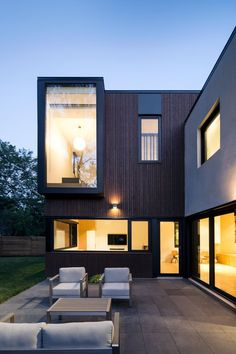 Terrace Playing With Volumes: The Black and White Connaught Residence in Montreal