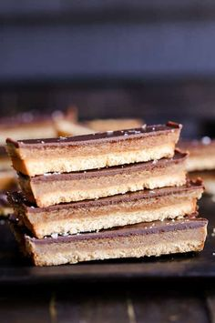 This recipe for healthy homemade Twix Bars is a game changer! When you take a bite, you won't believe that this candy bar copycat is gluten-free, refined sugar free, Paleo, and vegan. The vegan caramel is delicious. Paleo Dessert, Gluten Free Desserts, Gluten Free Recipes, Vegan Gluten Free, Dessert Recipes, Paleo Vegan, Vegan Recipes, Paleo Bars, Raw Desserts