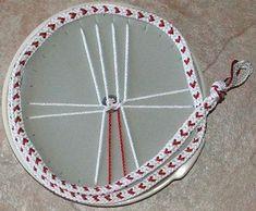 Love the hearts - Kumihimo - Japanese braiding. Heart Friendship Bracelets, Diy Friendship Bracelets Patterns, Kumihimo Bracelet, Braided Bracelets, Bracelet Tutorial, Bead Crochet, Bracelet Designs, Bracelet Making, Jewelry Crafts