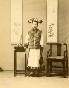 'Manchurian Lady' China (photo by Yamamoto Sanchiro) Historical Costume, Historical Photos, Chinese Style, Chinese Art, Vintage Photographs, Vintage Photos, Ancient China Clothing, Dynasty Clothing, Chinese Clothing