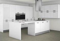 Cocina en blanco con elementos en gris piedra. Isla central. Luminosidad en la cocina.