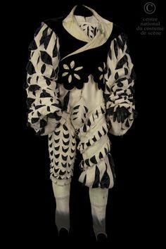 COLLECTION:  French comedy ROLE:  A troubadour ARTISTS:  Jérôme Pouly  COSTUME DESCRIPTION:  Costume Renaissance. Jerkin unbleached linen slashed black satin. Black velvet vest with floral motifs. Trousers in Ecru tricotine slashed black satin. WORK:  Amorphous Ottenburg COMPOSER / AUTHOR  Jean-Claude Grumberg DIRECTOR:  Jean-Michel Ribes DATE OF PRODUCTION:  2000-01-29 PLACE OF PRODUCTION:  French comedy, Paris (Salle Richelieu)