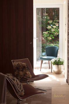 #luxuryliving #luxuryhome #luxurydesign #naturehome #woodinteriors #plantdecor Wood Interiors, Interior Design Studio, Plant Decor, Luxury Living, Luxury Homes, Elegant, Chair, Furniture, Home Decor