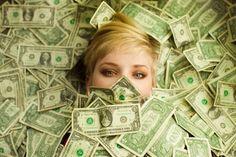 Hoje, em época de valores invertidos, o status conferido à riqueza material é um chamariz que promove a ostentação desmedida e a busca pelo sucesso a qualquer preço. Na ânsia de transparecer posses monetárias, perdem-se, em muito, os traços de humanidade de que deveriam se revestir as atitudes e comportamentos em sociedade. Confunde-se, assim, posses …