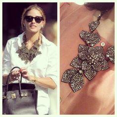 O colar lindo da Olivia Palermo, tem inspired    http://matka.com.br/maxicolar-nadia-gimenes-flor-grande-grafite.html