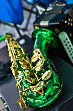 I have this Sax! Pretty much the only way anyone recognised me in College, the green sax girl or the Hulk Sax.