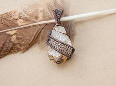 Pendentif wire wrap sur pierre semi-précieuse par oPetitePlumeo sur Etsy #crystal #jewelry #wire wrap #wirewrapping #handmade #necklace #pendant #semi-precious #stone #gems #unique #artisan #montreal #plume #petiteplume #antique #citrin