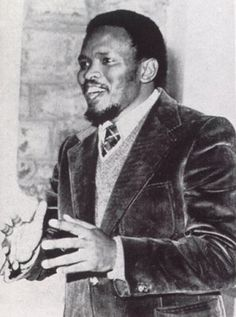 Sept 1977 Steve Biko died in Police Custody after being beaten & tortured. An anti-apartheid activist in South Africa. He died in a prison cell after numerous torturing acts. Biko was an international protest to the South African government. Peter Gabriel, Pretoria, Steve Biko, Afro, Black Leaders, Black History Facts, African Diaspora, Great Leaders, African American History