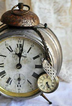 Love this vintage clock! It would look adorable in a studio. #studio #clock  #vintage