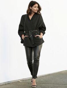Street style calça de couro e casaco de amarrar.