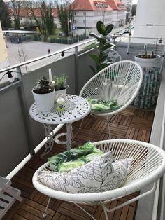 Gemütliche Sitzecke auf dem Balkon. Weiße Balkon-Möbel und kleine Deko-Artikel, weiche Kissen und schöne Pflanzen. #balkoneinrichtung #ideen #dekoration #hingucker #meinbalkon #solebich