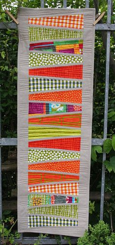 Orange and lime modern linen table runner by Malka Dubrawski. Chemin de table moderne en Lin, orange et lime. Quilting Projects, Quilting Designs, Sewing Projects, Table Runner And Placemats, Quilted Table Runners, Patchwork Quilting, Small Quilts, Mini Quilts, Quilt Inspiration