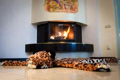 Как прекрасно расположиться у камина на мягком и стильном ковре с чашечкой горячего какао... Скорее селфи и в инстаграм!  #леопард #лео #пятнистый #помпон #пумпон #тепло #уют #вязание #ручнаяработа #fashion #home #handmade #уют@artpompon