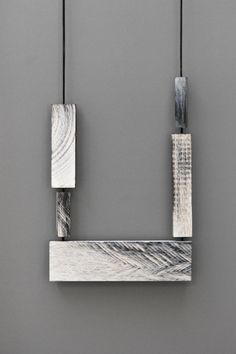 Julia Turner  Collier, Mill Necklace #4, 2015  Bois, argent, peinture, lin  17 x 11 x 1 cm  Longueur adjustable