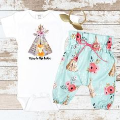 Newborn Baby pictures have never looked this cute. What a perfect look for your little one. These Teepee High Waisted Pants are simply too cute! Newborn Outfits, Girl Outfits, Cute Outfits, Kids Fever, Child Fever, Take Home Outfit, Baby Blocks, Baby Pictures, Future Baby