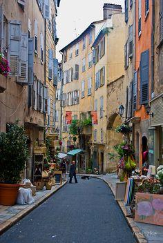 Ruela colorida de Grasse na Riviera Francesa