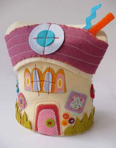 Tutorial che mostra come realizzare una casetta portapigiama in feltro per i pigiamini dei bambini.