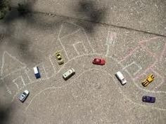Geef kleuters krijtjes en auto's buiten, spelen maar :)