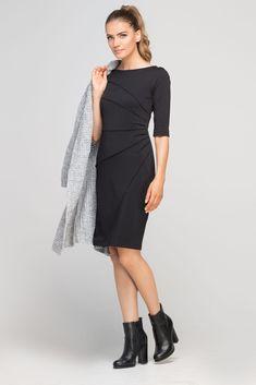Dopasowana do sylwetki sukienka z ciekawymi, ukośnymi przeszyciami. Rękaw długości ¾ pięknie eksponuje przedramiona. Sukienka do pracy i na randkę – zmieni swój charakter w zależności od dodatków, z którymi ją zestawisz. Zapinana z tyłu na suwak. Dresses For Work, Formal Dresses, Dressing, Glamour, Sexy, Cold Shoulder Dress, My Style, Pretty, Spandex