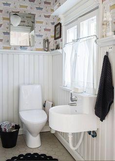 Minna ei saanut taloon haluamaansa kylpyammetta, mutta sai sen sentään vessan tapettiin. Peilikaappi takaseinällä löytyi vanhan tavaran liikkeestä. Allas on Ikeasta ja pönttö Idon. Ikea, Curtains, Shower, Toilets, House, Bathrooms, Washroom, Gate Valve, Rain Shower Heads