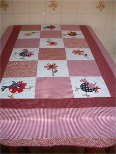Toalha de mesa 100% algodão, forrada em algodão cru, quiltada à mão. <br>Você poderá escolher a cor, a aplicação, o tamanho que for melhor pra você