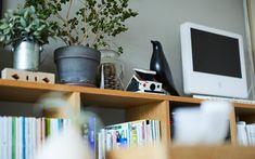 じぶんで編集する、コンパクトな団地くらし。 | MUJI SUPPORT 事例集 | 無印良品 Interior Concept, Floating Shelves, Desk, Coffee, Room, Furniture, Home Decor, Style, Kaffee