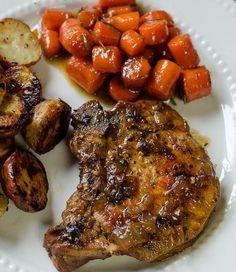 Πεντανόστιμες, πικάντικες, τρυφερές χοιρινές μπριζόλες σιγο-μαγειρεμένες στο τηγάνι ή σιγο-ψημένεςστο φούρνο σε υπέροχη σάλτσα κρεμμυδιού και μουστάρδας. Μ