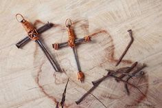 Use old rusty nails from pallets or other projects to make a truly beautiful cross. Use metallic copper wire to wrap the nails for a lovely contrast. Easter Crafts For Adults, Easter Ideas, Adult Crafts, Express Nails, Wire Crosses, Wooden Crosses, Nail Effects, Stainless Steel Nails, Diamond Solitaire Necklace