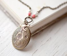 Flower locket necklace  Gift for her  Photo Holder von BeautySpot, $24,00
