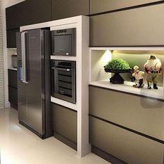 A louca dos armários na cozinha: adoro. Destaque para a torre quente em destaque com o refrigerador e o nicho com iluminação indireta. Foto não autoral. #home #cozinha #kitchen #design #torrequente #instadaily #decor