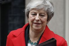 Ébranlée par des démissions, Theresa May sort la menace d'un non Brexit Theresa May, Shattered Dreams, Tough Times, Feelings, People, Iphone Phone, Conference, Phones, Android