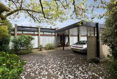 On the market: Peter Foggo-designed single-storey modernist property in London Bungalow, One Storey House, Mid Century Exterior, London Property, Small Backyard Landscaping, Mid Century House, Midcentury Modern, Architecture Design, House Design
