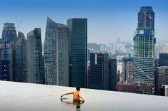 La piscine d'un hôtel de Singapour. Le rêve pour les touristes fortunées qui passent quelques jours, les pieds dans l'eau et la tête dans les grattes-ciel