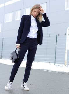Women suits looks com tenis, tomboy chic, tomboy fashion, casual chic, sporty Sneakers To Work, Suits And Sneakers, How To Wear Sneakers, Sneakers Fashion Outfits, Mode Outfits, Casual Outfits, Adidas Sneakers, Sneakers Style, Tomboy Outfits