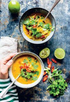 Til en efterårsdag. Den indiske suppe er spicy med masser af smag. Bliv ikke skræmt af den lange ingrediensliste. Lav gerne en stor portion, suppen smager næsten endnu bedre dagen efter, når den har trukket endnu mere smag. Foto: Ditte Ingemann