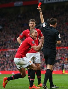 Manchester United 0-3 Liverpool : United's captain Vidic is shown the red card after what is deemed a second bookable offence.