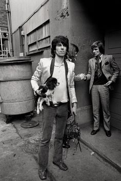 This Dog in History: On May 1965 The Rolling Stones recorded their hit song Satisfaction. Heres Keith Richards holding Mick Jaggers dog, a king Charles spaniel puppy, Boogie in Keith Richards, Cavalier King Charles, King Charles Spaniel, The Rolling Stones, Anita Pallenberg, Patti Hansen, Mick Jagger, Heavy Metal, Rock And Roll
