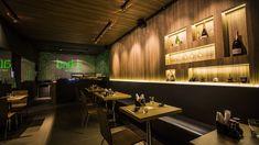 Restaurante japonês com iluminação peculiar