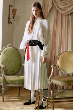 Givenchy Pre-Fall 2018 Fashion Show Collection: See the complete Givenchy Pre-Fall 2018 collection. Look 43 Dolly Fashion, Teen Fashion, Fashion News, Fashion Outfits, Autumn Fashion 2018, Fall Fashion Trends, Givenchy, Gucci, Winter Outfits Women