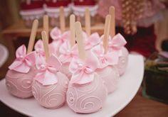 Sua filha ama bonecas? Então, ela vai se apaixonar por esta festinha linda, delicada e cheia de detalhes cor-de-rosa. Prepare-se para suspirar a cada imagem!