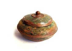 Old oriental copper box, engraved and painted. Part of the paint is gone.Tarnished, verdigris.  Vintage trinket box. Metal box. Round box. Trinket dish. Copper box. Middle east.Verdigris patina. Oriental box. Engraved copper.  Home decor.  Measures : 8.5 - 13 cm diameter * 8.5 cm height (multiply by 0.39 for inches ) Weight : 170 gr  Being a vintage item, there are imperfections which add to the character of this piece . Some of the paint is missing. Lid has some deformation, see photos.