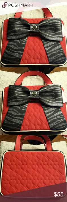 Betsy Johnson NWT Red Bow Cosmetic Weekender Betsy Johnson NWT Black and Red Bow Weekender, Zippered Closure, 2 large zippered pockets inside Betsy Johnson Bags Cosmetic Bags & Cases