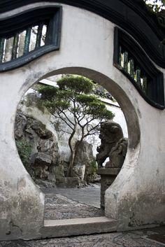 Moon gate / Shanghai Yuyuan Garden, China