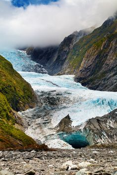 This shot of Fox Glacier, New Zealand wasn't taken by us but shows what an awesome view you get from the foot of the glacier. #foxglacier