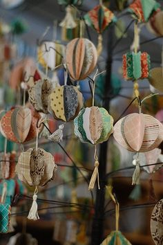 Love these paper ornaments . did make some that were quite lovely, if I do say so myself (Diy Paper Lanterns) Christmas Paper, Diy Christmas Ornaments, Homemade Christmas, Christmas Time, Make Christmas Decorations, Vintage Christmas, Diy Paper, Paper Crafts, Diy Crafts
