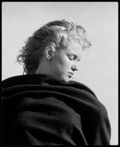 """1946 / Cet été, Andre DE DIENES se souvient : Andre acheta un livre à 15 $ chez un bouquiniste en Californie, Le journal d'une femme en Ecosse commencé en 1830 et compilant ses pensées et poèmes, et ceux d'auteurs célèbres. Le photographe voulut partager sa trouvaille avec Marilyn. Sur une plage déserte de Malibu, ils ont lu ensemble quelques passages dont certains ont beaucoup émus Marilyn, qui avait les larmes aux yeux; et plus particulièrement, un poème intitulé """"Lines on the death of…"""